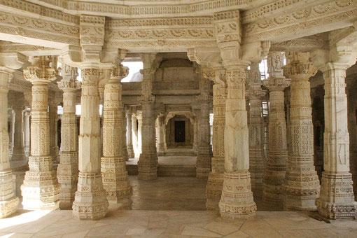 Säulen mit Steinmetzarbeiten