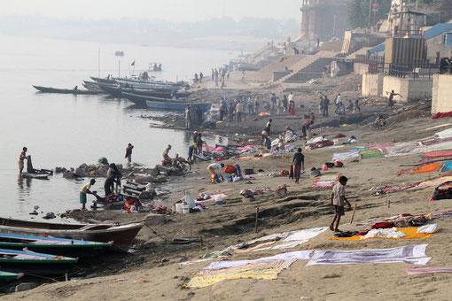 Wäsche wird im Ganges gewaschen