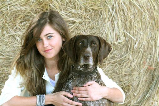 im Stroh mit einem Hund