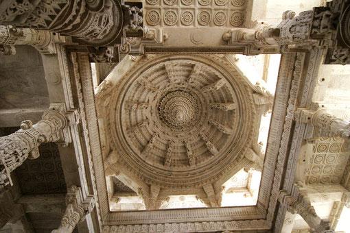 Steinmetzarbeiten im Tempel in Ranakpur