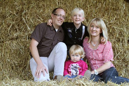 Familie im Stroh