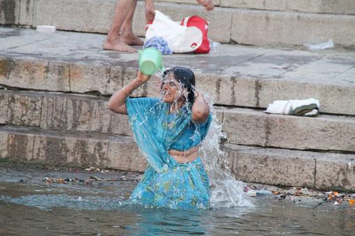 Frau übergisst sich mit heiligem Wasser