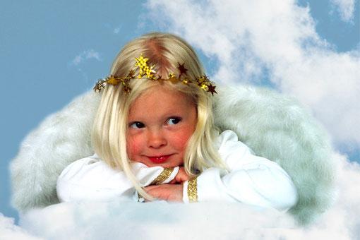 blonder Engel in den Wolken