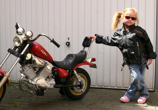 Pauline mit Motorrad