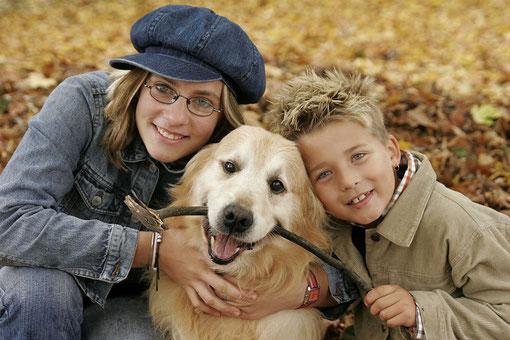 Geschwister mit Hund