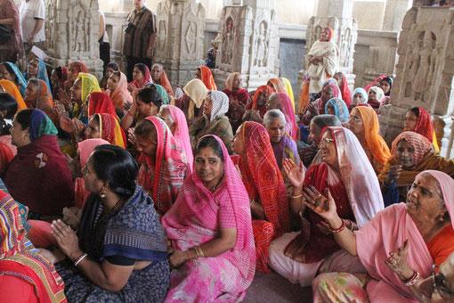 im Tempel sangen die Frauen