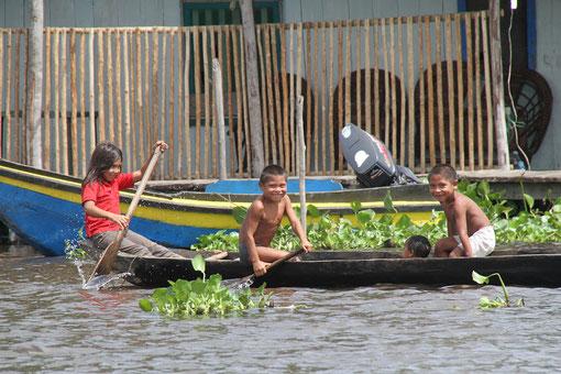 Indianerkinder im Boot