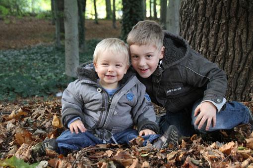 Timmy und Bruder im Laub