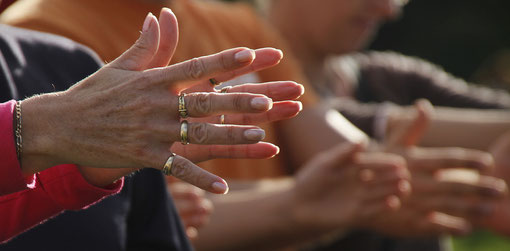 Hände bei einer Hypnoseshow
