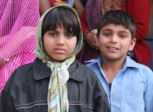 Kinder vor einem Tempel