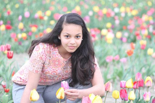 Laura im Tulpenfeld