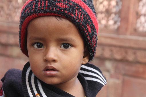Junge am Taj Mahal