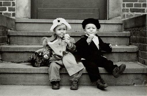 2 Freunde beim Eisessen
