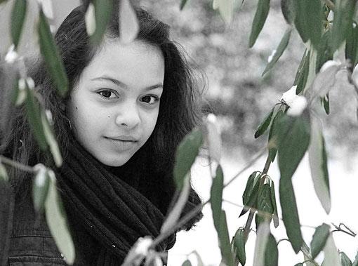 Laura zwischen grünen Blättern