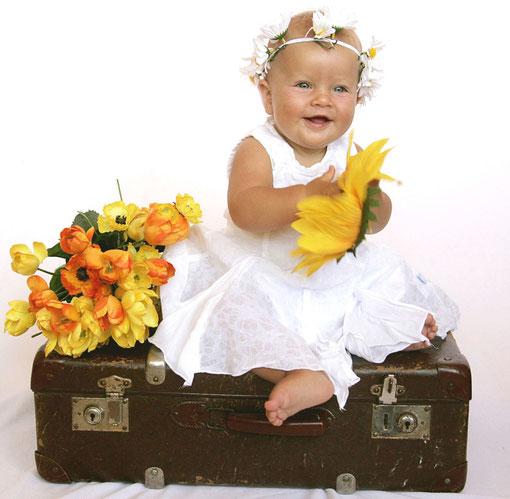 Luana auf dem Koffer