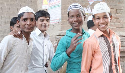 Jungen an einer Moschee