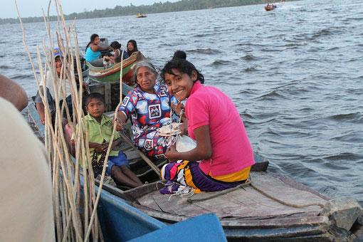 die Indianer verkauften ihre Ware vom Boot aus