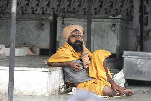 Mann vor der Tempelanlage
