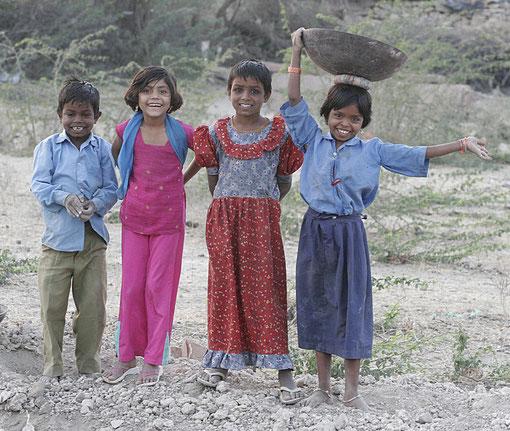 viele Kinder auf einer Baustelle