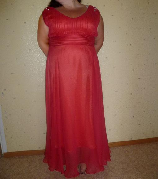 Платье, украшенное по плечам стразами
