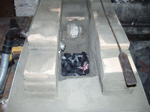 Les briques et l'argile réfractaires peuvent supporter de très hautes températures. Le creuset est recouvert d'un enduit naturel.