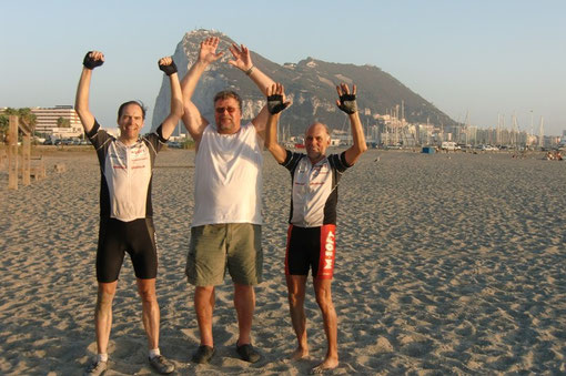 21.09.2012 18:20; das Ziel ist erreicht: Ralf, Werner und Udo vor dem Felsen von Gibraltar