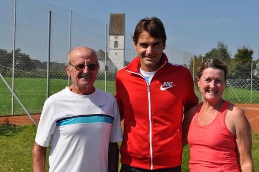 Platzchef Carlos Gracia und Frau Rita sorgten dafür, dass Tennisstar Roger Federer beim TC Höfe Freienbach optimale Trainingsbedingungen antraf