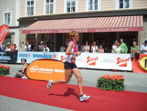 Helga Klammer beim Zieleinlauf