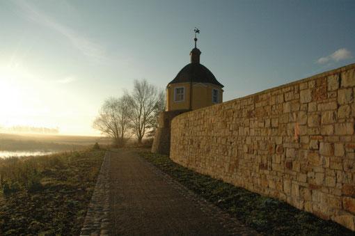 historische Stadtmauer mit Wachturm Prinz Foto O.Bleich