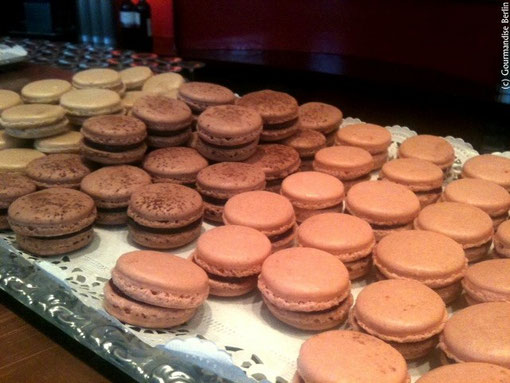 Macarons parade at Institut Français last friday! Raspberry, caramel & dark chocolate with tonka bean, yummy!