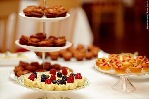 Sweet Table mit Beerentörtchen, Johannisbeeren- und Pistazienfinanciers, Schokoküchlein
