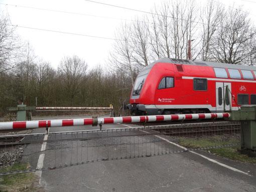 Zug kommt! - Anrufschranke - Bahnstrecke Bremerhaven Bremen