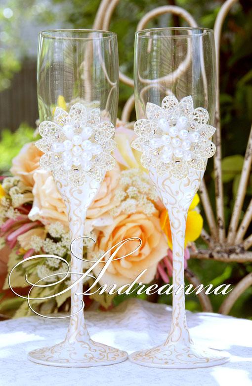 Бокалы «Снежная королева» в персиково-перламутровых тонах. Стоимость 800грн. Подбор броши. Выполнение в любом желаемом цвете.