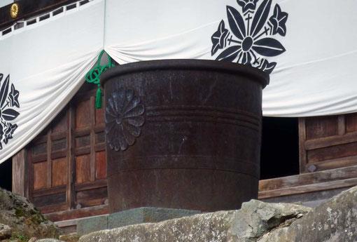永平寺法堂前の鉄水桶(撮影・東川寺)