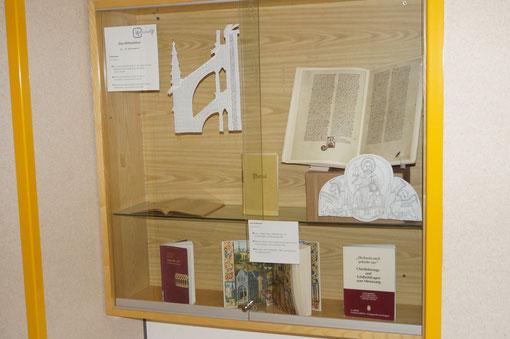 Buchausstellung zum Thema Mittelalter (neben 1B)