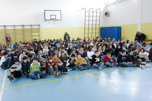 Gli studenti della scuola in palestra