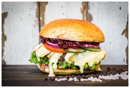 NAPOLEON Burger - Süße Versuchung - Rindfleisch, Camembert, Preiselbeeren, Salat, Tomate, rote Zwiebeln, Gurke