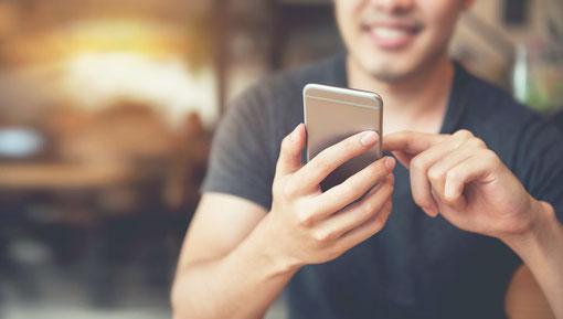 """218をネット環境と接続すると、iPhoneやiPad、Android端末などからリモート操作が可能になる。(専用アプリ""""Meridian IP コントロール""""は無償)"""