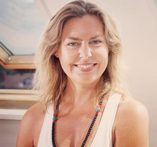 Kundalini Yoga Lehrerin Nicole Haribir Kaur spricht mit dem Mama Yoga Blog MOMazing über die Kraft des Adi Shakti Mantra für Frauen.