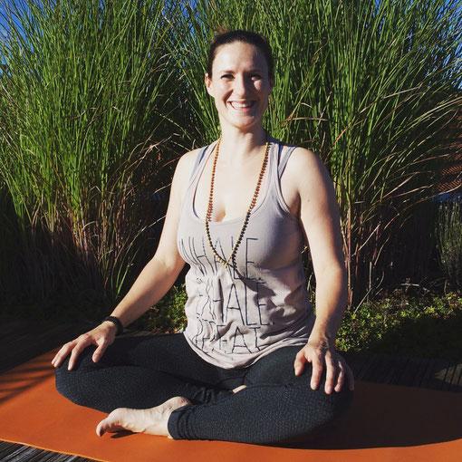 Yogalehrerin und Beckenboden-Expertin Sarah Ege gibt auf dem Yoga Mama Blog MOMazing Tipps für die Rückbildung.