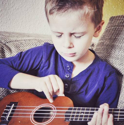 Der kleine Santiago beim Musizieren Musik und Mantren können die gesamte Familie inspirieren.