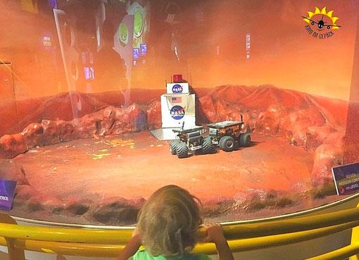Die Fahrzeuge lassen sich vom Kommandoraum (ein Stockwerk höher) steuern.