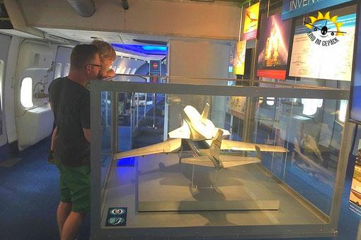 In der Boeing: ein Modell der Boeing samt Shuttle.