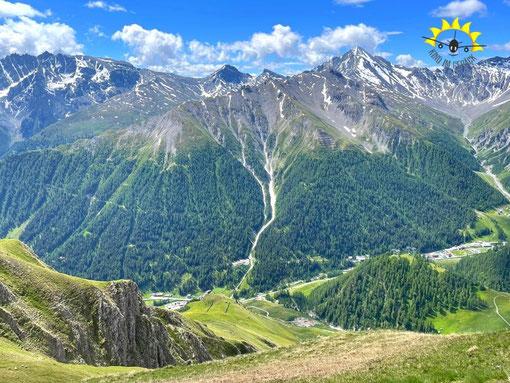 Ausblick vom Piz Munschuns. Rechts hinten der Muttler und das Val Maisas.