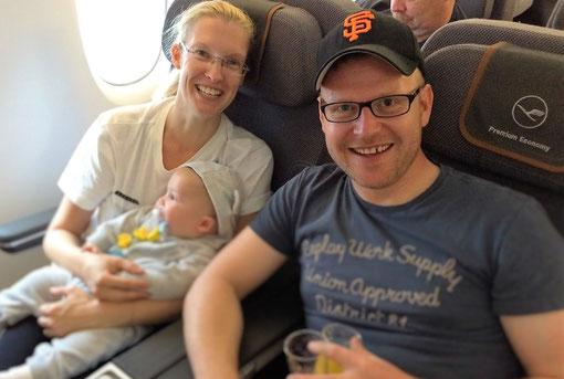 Entspannt im Flugzeug mit Baby.