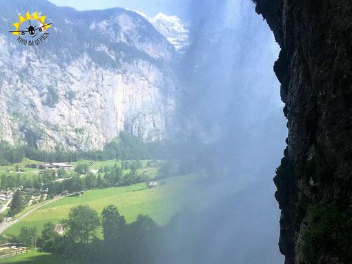 Blick ins Lauterbrunnen-Tal von hinter dem Staubbachfall.