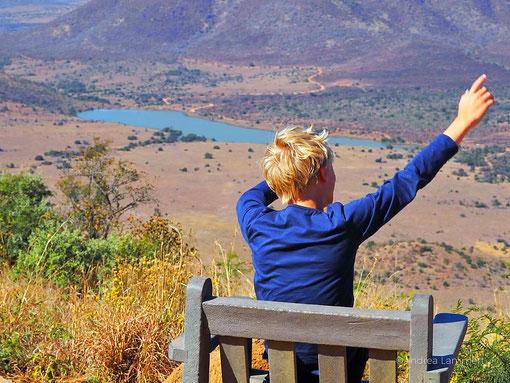 Was eine Aussicht im Pilanesberg Nationalpark! Und irgendwo lauern Löwen, grasen Elefanten und springen Zebras umher....