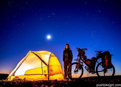 Zelten unter sternenklarem Himmel in der Wüste.