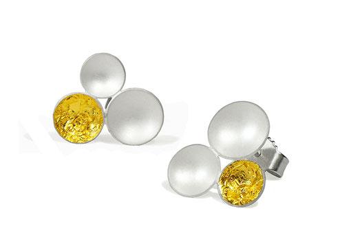 Tri Ohrstecker aus weißlich schimmerndem Silber und sattgelb strahlendem Blattgold .Sie sind durch ihre dezente Größe der perfekte Begleiter im Alltag,  diskret verleihen sie Ihrer Erscheinung die besondere Note.