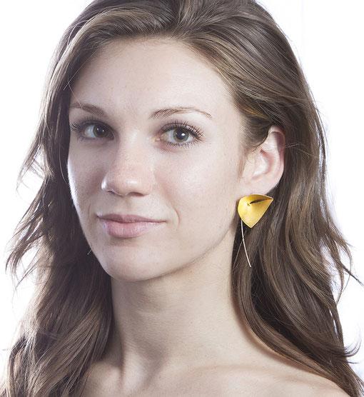 Die hochwertigen, stilvollen Ohrhänger VELA aus Silber & Gold ziehen die Blicke auf sich. Ihre klare, außergewöhnliche Gestalt erinnert an ein Segel, das unwiderstehlich schimmert. Sie fühlen sich außergewöhnlich & unbeschwert, VELA ist federleicht